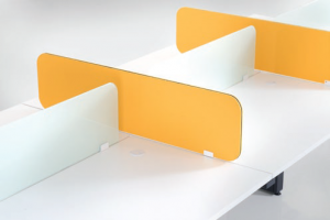 Desking divider with 2 range of materials : Fabric or Tempered Glass.
